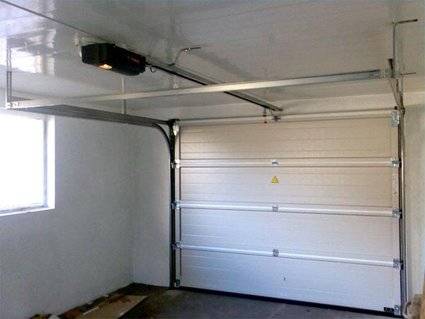 гаражные секционные ворота компании alutech