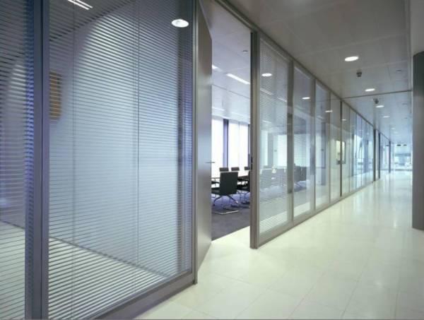 офисные перегородки двойного остекления со встроенными горизонтальными жалюзи