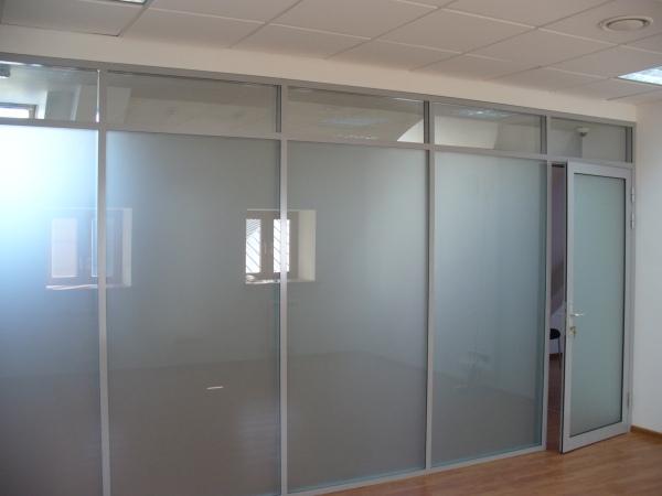 наличие дверей в офисных перегородках